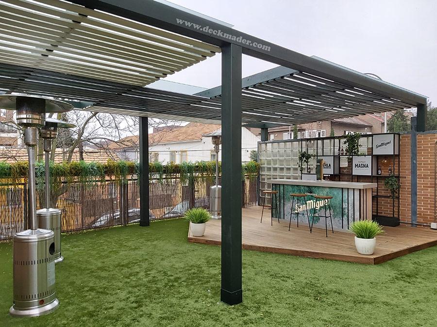 Pérgola de madera en terraza de bar